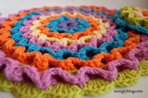 Wiggle It Crochet Trivet and Dishcloth Set - free pattern on mooglyblog.com