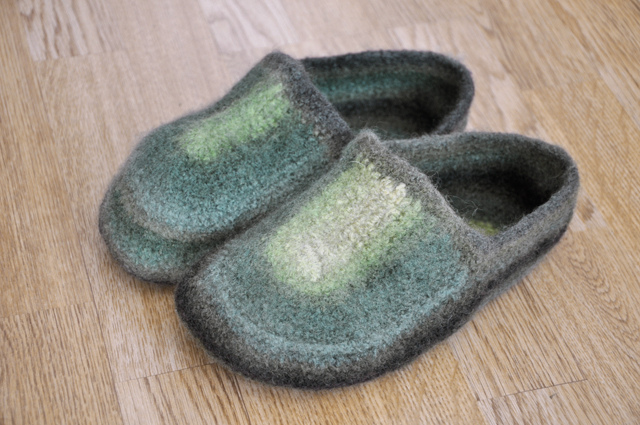 Crochet Slippers For The Whole Family With 20 Free Patterns
