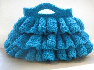 Bella Ruffled Bag (and more great free ruffle crochet patterns!) via mooglyblog.com #crochet