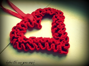 Sweet Ruffle Heart Wreath and other free Valentine's Day Crochet Patterns! #crochet