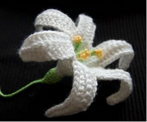 Easter Lily on Moogly - free pattern with lots of photos! #crochet #easter #spring