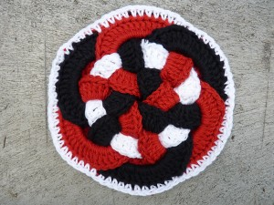 Interlocking Rings Hot Pad - make your kitchen a work of art! #crochet potholder