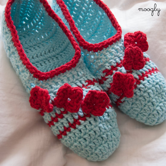 Posy Toes Crochet Slippers - the perfect slipper for spring and summer! So cute! Free #crochet pattern.
