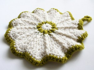 Scalloped Potholder - make your kitchen a work of art! #crochet potholders