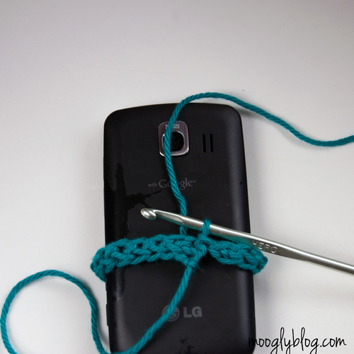 Ultimate Universal Electronics Cozy Step 1:  #crochet #tutorial on mooglyblog.com