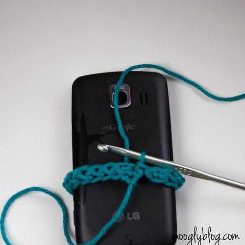 Ultimate Universal Electronics Cozy Step 1: #crochet #tutorial on mooglyblog.com