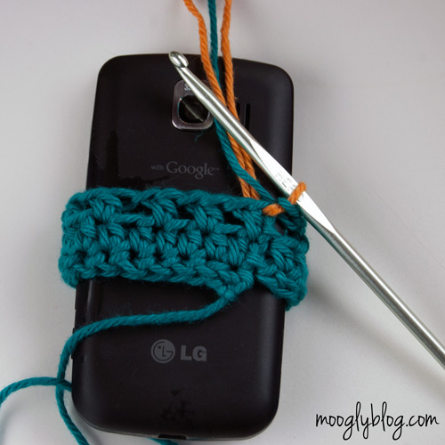 Ultimate Universal Electronics Cozy Step 3.5 - a step by step #crochet #tutorial on mooglyblog.com