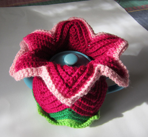 Mum's Daylily Tea Cozy - great free crochet pattern for Mother's Day!