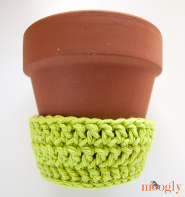 Planting Seeds Flower Pot Cozy - free crochet pattern with matching printable card! Great teacher gift!