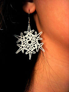 Simple Snowflake Earrings :: Free Crochet Thread Earrings Roundup on Moogly
