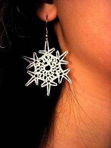 Simple Snowflake Earrings :: Free Crochet Thread Earrings Roundup on Moogly