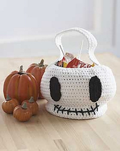 Skull Trick or Treat Bag :: Roundup of free #crochet #skull patterns on Moogly!