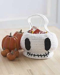 Skull Trick or Treat Bag :: Roundup of free #crochet #skull patterns on Moogly!