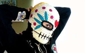 Sugar Skull Winter Maske :: Roundup of free #crochet #skull patterns on Moogly!