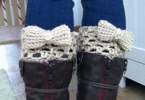 Bow Boot Cuffs :: free #crochet boot cuff patterns