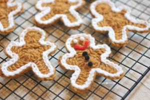 Crocheted Gingerbread Man Cookie Pattern :: Bake (or Make!) A Dozen Free #Crochet Gingerbread Patterns