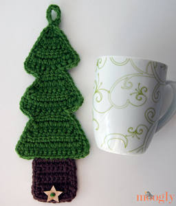 Christmas Tree Coffee Cozy :: Great free #crochet gift patterns that take 100 yds of yarn or less!