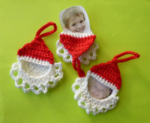 Santa Frame Ornaments :: Great free #crochet gift patterns that take 100 yds of yarn or less!