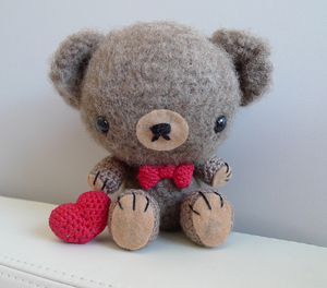 Valentine Teddy: Crochet some love for Valentine's Day! Get 10 free #crochet patterns for your Valentine at Moogly!