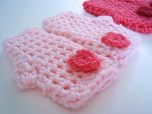 Valentine's Mitts: Crochet some love for Valentine's Day! Get 10 free #crochet patterns for your Valentine at Moogly!