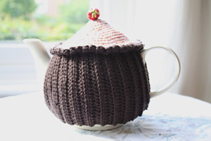 Cupcake Tea Cozy: Get 10 free #crochet tea cozy patterns... aka tea cosy patterns! :D Roundup of gorgeous patterns at Moogly!