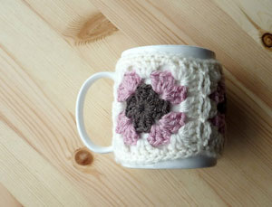 Granny Square Mug Cosy: Free #crochet mug cozies in a variety of styles in a roundup on Moogly!