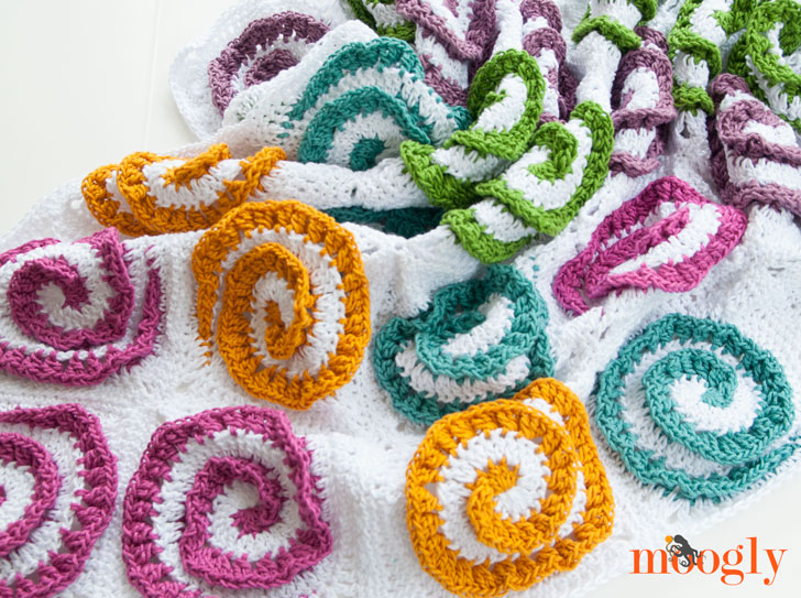Modern Rose Afghan: free crochet pattern on Mooglyblog.com!