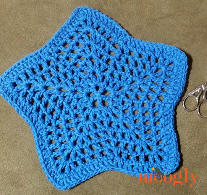 Step 1 of the Star Spangled Trivet and Hot Pad - free crochet pattern on Mooglyblog.com!