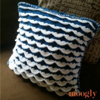 Reversible Ruffle Pillow - free crochet pattern on Mooglyblog.com!