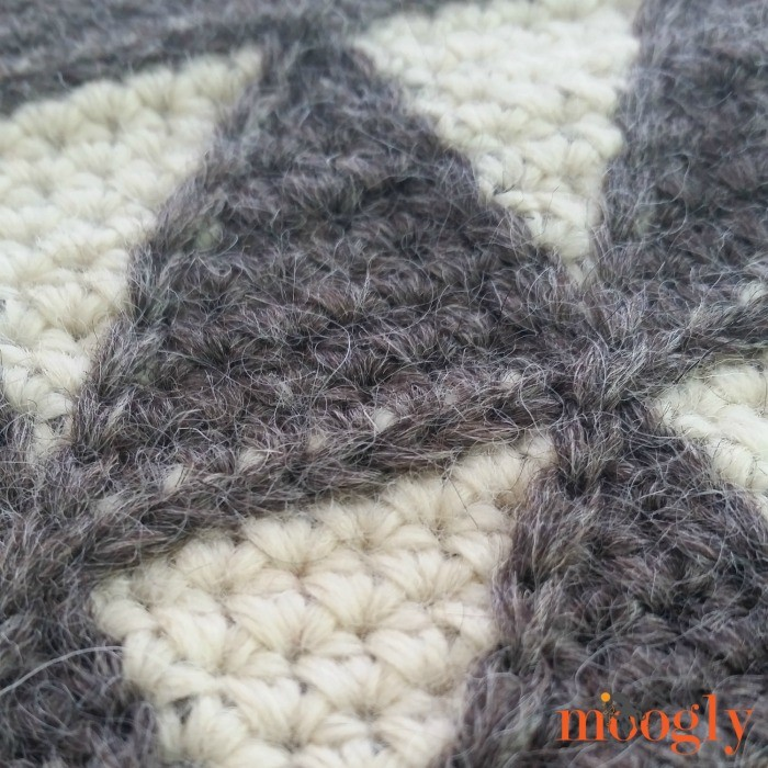 Capulin Cross Body Bag - crochet your own with this free pattern from Mooglyblog.com!