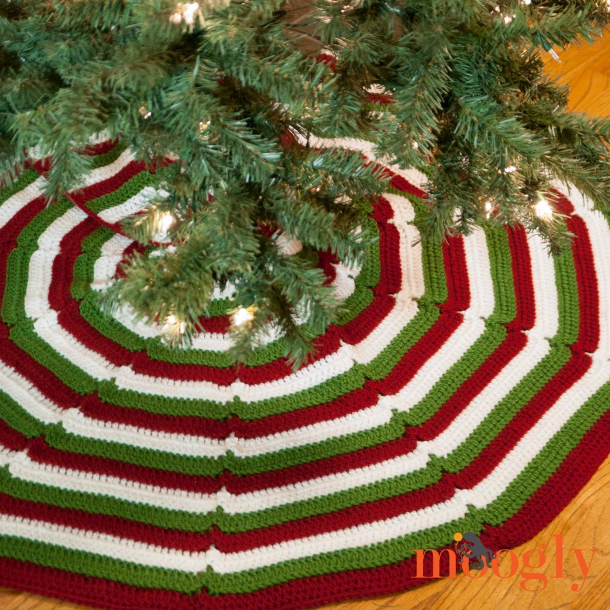 Easy Crochet Christmas Tree Skirt: Happy Holidays Tree Skirt
