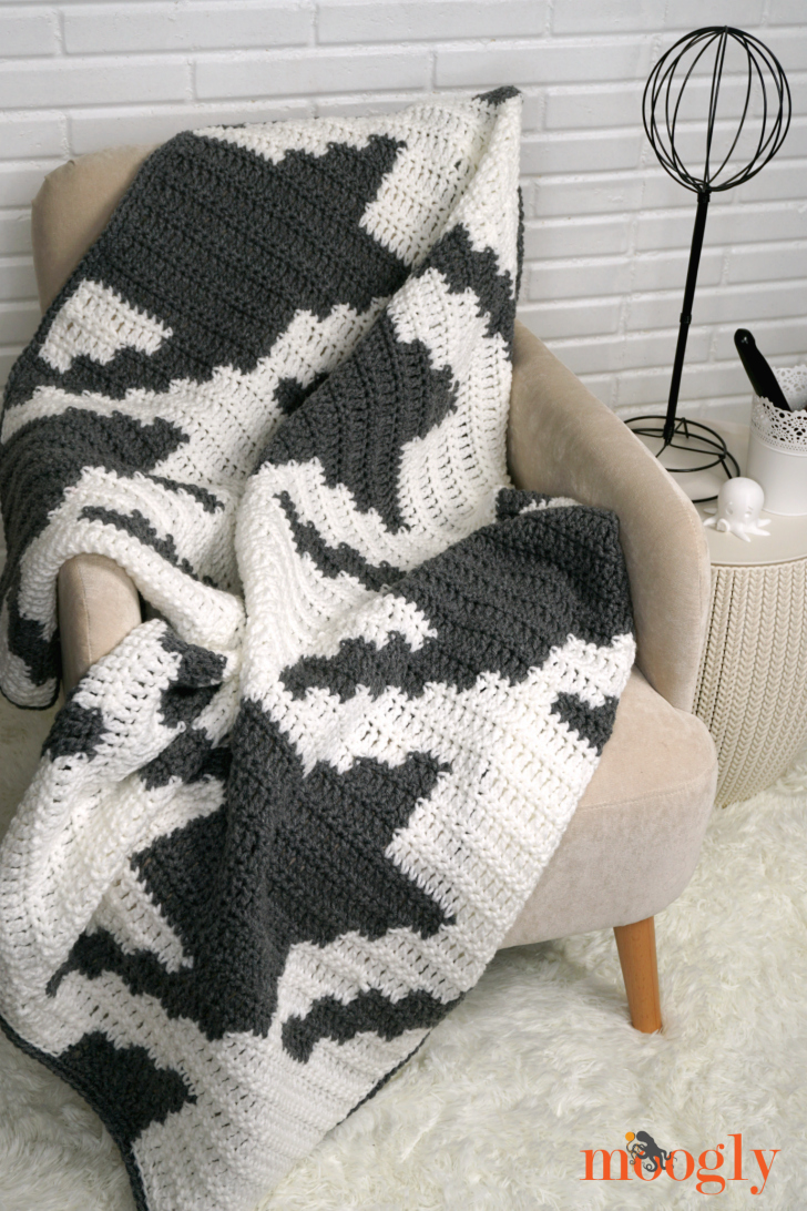 Houndstooth squares blanket moogly houndstooth squares blanket gray and white crochet blanket on a chair against a white brick dt1010fo
