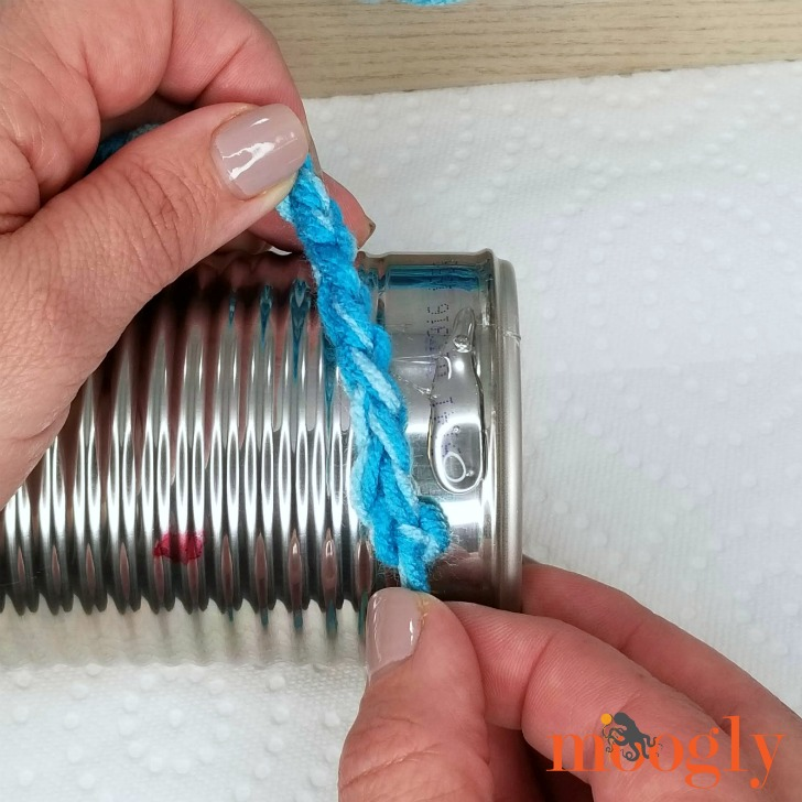 Finger Chain Can Cozy - start gluing the chain to the can