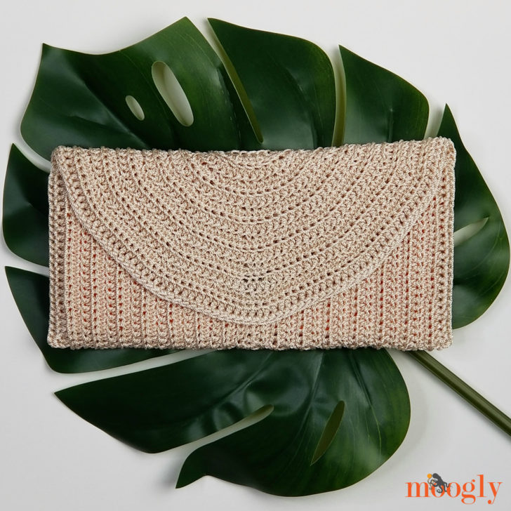 Perfect Summer Crochet Clutch - free pattern on Mooglyblog.com