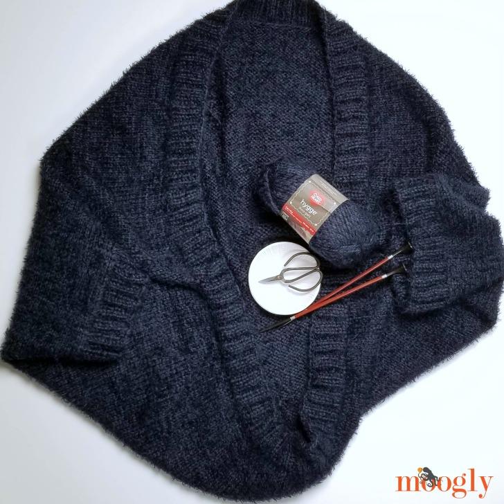 trikke Cocoon Cardigan - flat with yarn