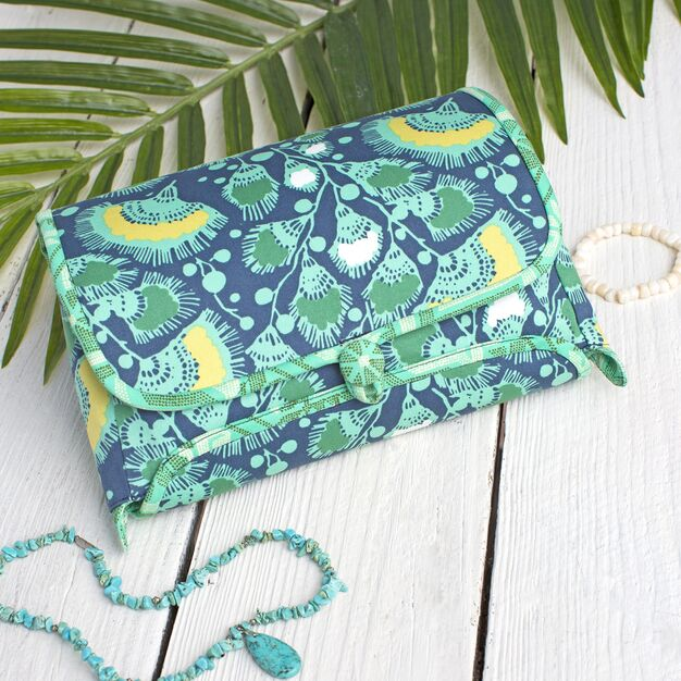 Dual Duty Cosmetic Roll With Zipper Pouch - free sewing pattern!